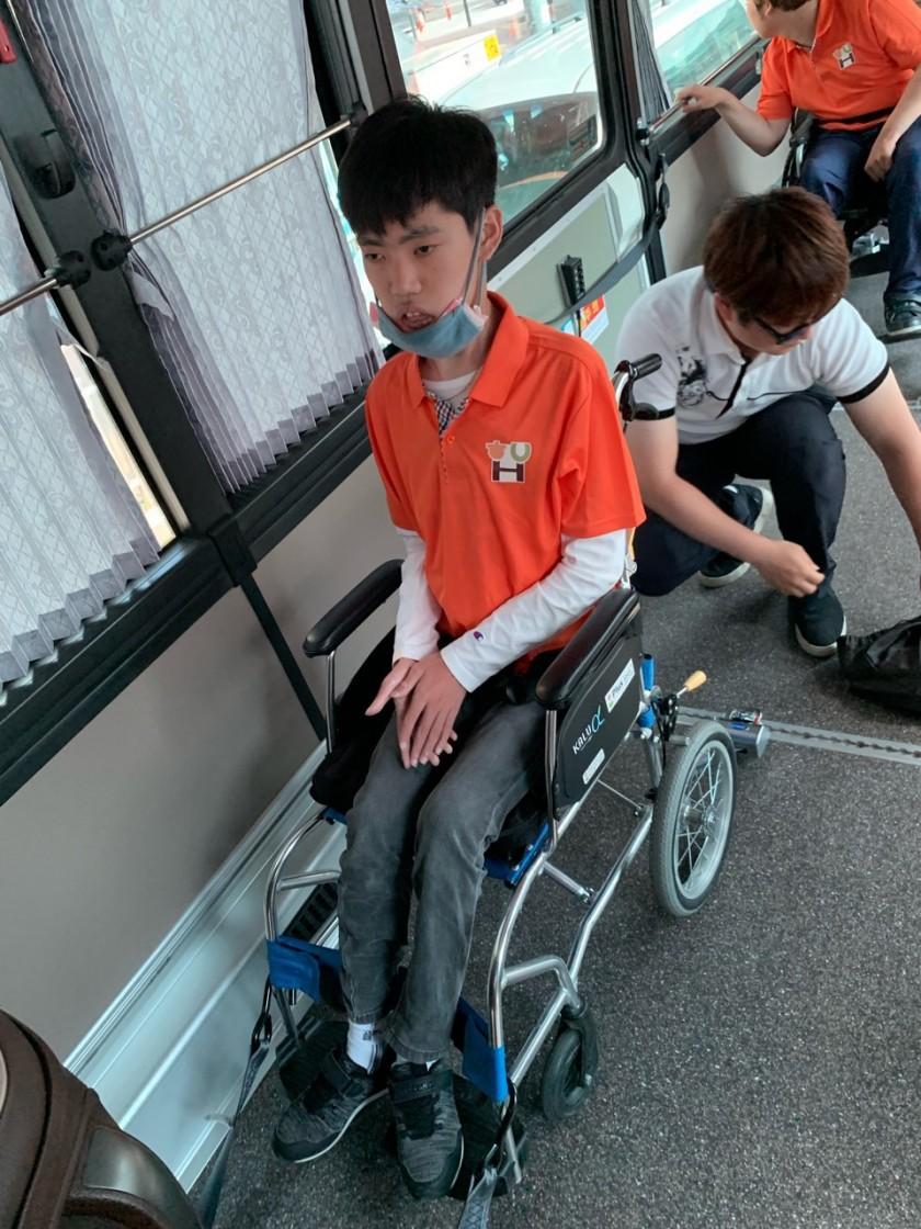 휠체어 를 바스에 장착하는 모습